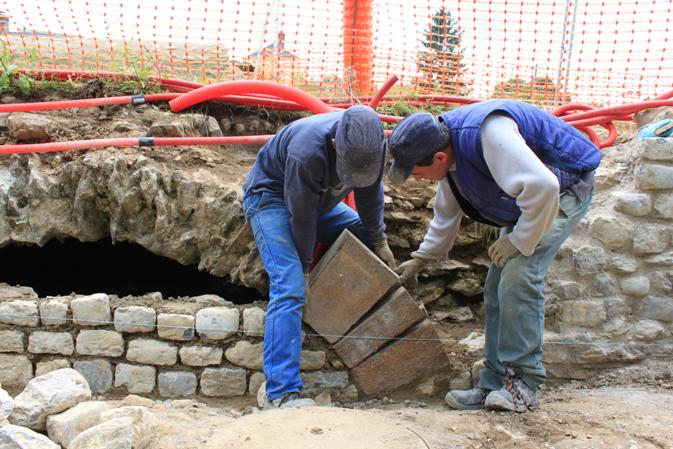 Le parement et la première arche reposent sur une semelle en béton armé.